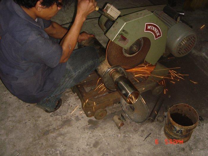 ได้มาก็เอามาที่โรงงานพี่ชายผม...ให้ช่างดู ช่างบอกว่าท่อมันใช้ไม่ได้แล้ว ไส้ในขาด ถึงติดตั้งท่อใส่ไปไม่เกินเดือนก็ต้องเอามาผ่า ซ่อมไส้ใหม่ ไม่เชื่อช่างท้าผ่าให้ดู ยี่ห้อนี้ทำมาเป็นสิบๆลูกแล้ว(ถ้าไม่เสียผุๆๆจะจ่ายให้ 2 เท่า) งั้นก็ผ่าโลดซ์///