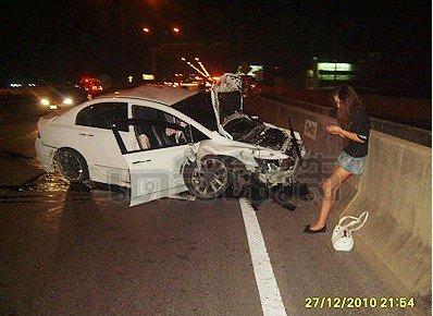สภาพรถหลังเกิดอุบัติเหต FDชนรถตู้บนทางด่วน