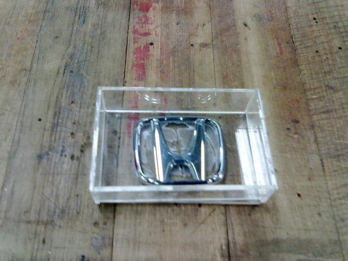 2. นำพลาสติกมาตีกรอบ รอบๆเพื่อจะเท่ปูนปาสเตอร์หล่อ เสร็จเล้วก็ผสมปูนปาสเตอร์ อัตราส่วน ปูน2:น้ำ1 ค่อยๆเทลงไปให้เต็มแบบ รอให้แห้ง (ระวังฟองอากาศด้วยนะครับอย่าให้มี)