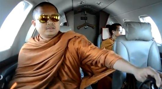 พระนั่งเครื่องบินเจ็ท หิ้วหลุยส์ ใส่เรย์แบน