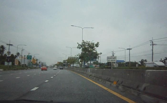 พอลงสะพานพระราม 4 มาได้ 10 ม.จะเจอป้ายให้ลดความเร็วเล็กๆเกาะกลางถนน