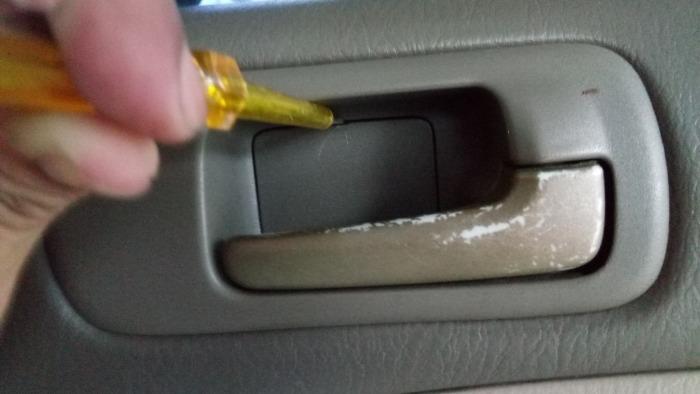 น็อต2ตัวแรกอยู่ตรงที่เปิดประตูครับ ใช้ไขควงปากแบนเล็กงัดตรงที่เป็นฝาปิดจะมีร่องเล็กๆอยู่อ่่ะครับ