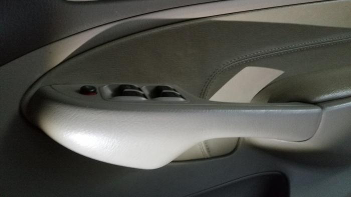 ต่อไปขันน็อตอีก2ตัวออกซึ่งอยู่ในฝาครอบบริเวณมือจับใต้แผงควบคุมกระจก (ดูในกระทู้ที่2)